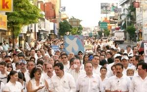 """Reaparecieron incontenibles las voces: """"México quiere paz"""", """"¡Si no pueden renuncien!"""". También: """"¡No más secuestros, no más violencia!"""". Y: """"¡Por un México seguro!"""". Y como a lo largo de toda la marcha, como se oyó, como se leyó: """"¡Ya basta!""""."""
