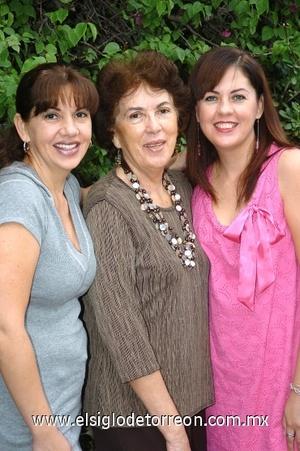 24082008 Doña Adriana estuvo feliz acompañada por sus hijas Adriana y Ana Lorena Blázquez