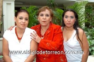 24082008 La festejada con Érika y Herminia Garnica.