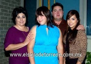 29082008 Mariana Mendoza Ramírez, con sus padres Ivonne R. de Mendoza y Miguel Mendoza Valdez y su hermana Michelle.