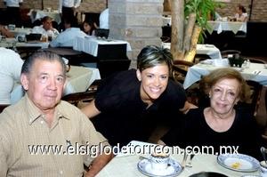 31082008 Ernesto Villarreal del Bosque y Thelma García de Villarreal con su nieta Aída Villarreal.