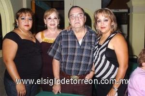 31082008 Manuel Porras fue festejado en su cumpleaños por su esposa Tere Caballero de Porras y sus hijas Marisol y Tamara Porras