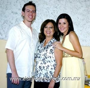 31082008 Kevin Rodríguez Trasfi y Lili Guerrero Garza junto a la organizadora de su última despedida de solteros, Olivia Trasfi Anaya, ya que los novios unieron sus vidas el día de ayer