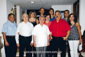 <b>Celebra aniversario</b><p> El Sr. Obispo acompañado por miembros de la familia Mijares Solares