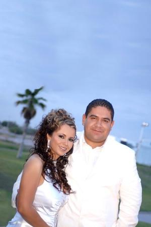 Sr. Heriberto Barrón Fraire y Srita. Guadalupe Félix Álvarez contrajeron matrimonio por lo civil en el Club de Golf Los Azulejos, el martes 12 de agosto de 2008.  <p> <i>Estudio Carlos Maqueda</i>
