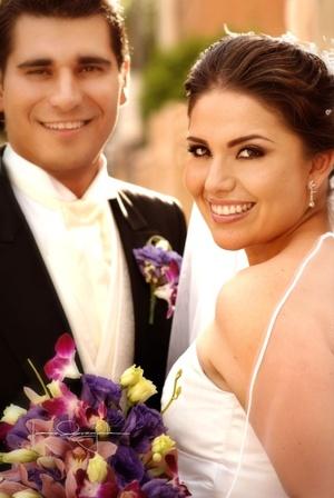 Sr. Roberto Lavín Silveyra y Srita. Mónica Sofía Luna Guajardo contrajeron matrimonio en la parroquia de La Encarnación el sábado 19 de julio de 2008.