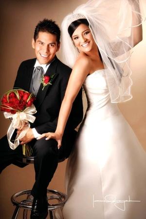 L.C.I. Christian Ricardo Galindo Reyes y L.C.I. Érika Priscila Palomares Moreno y  contrajeron matrimonio en la parroquia Los Ángeles el viernes primero de agosto de 2008. <p> <i>Estudio Laura Grageda</i>