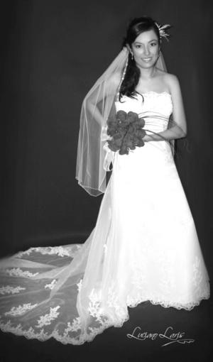 C.P. Cynthia Valeria Muñoz de León Segovia el día de su matrimonio con el L.A.E. Pedro Castañeda Cruz.  <p> <i>Estudio Luciano Laris</i>