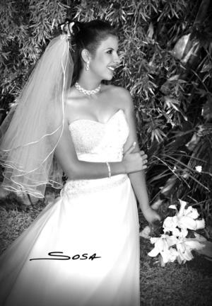 Lic. Verónica Mayela Reyes, el día que contrajo matrimonio con el Ing. Miguel Luis Rocha Hernández.  <p> <i>Estudio Sosa</i>