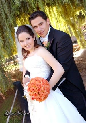 Sr. José Agustín Reinosa Monroy y Srita. Alejandra Cuéllar Rosales y  contrajeron matrimonio en la Capilla de la Resurrección el sábado nueve de agosto de 2008. <p> <i>Estudio Gustavo Borroel</i>