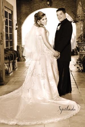Sr. Rodrigo Salvador Cruz Marín y Srita. Marisol Sánchez Zapata contrajeron matrimonio en la capilla Hacienda Los Ángeles, el sábado 16 de agosto de 2008.  <p> <i>Estudio Sepúlveda</i>
