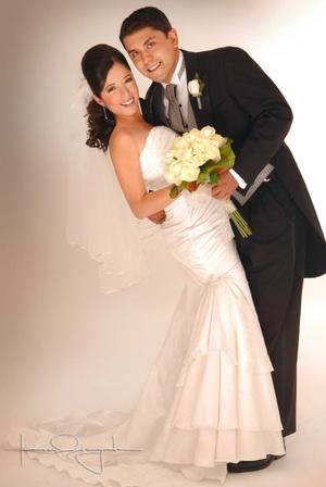 Sr. Hebrián Efraín Ríos Arredondo y Srita. Jeanette Adriana Ramírez Muñoz contrajeron matrimonio en la parroquia del Centro Saulo, el sábado 19 de julio de 2008.  <p> <i>Estudio Laura Grageda</i>