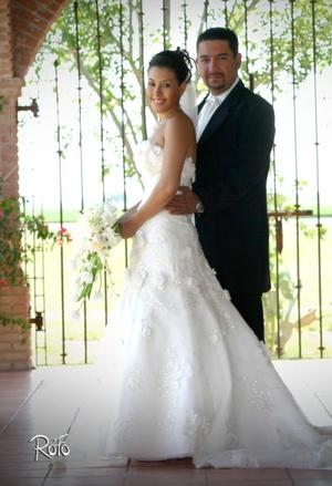 Sr. Isidro Leonel Juárez Mendoza y Srita. Karla Marcela Ortiz Aguayo contrajeron sagrado matrimonio en la parroquia San Pedro Apóstol, el sábado 24 de mayo de 2008. <p> <i>Rofo Fotografía</i>