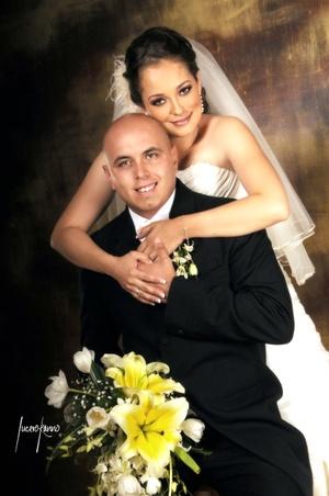 Sr. Rafael Carmona Hernández y Srita. Lorena Galván Maycotte contrajeron nupcias el sábado 16 de agosto de 2008.  <p> <i>Estudio Lucero Kanno</i>