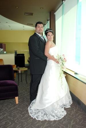 Sr. Jesús Raúl Solís Rocha y Srita. Gabriela Caraveo Holguín el día de su enlace matrimonial en la iglesia de Emmanuel, Dios con Nosotros en Monterrey, N.L., el sábado 26 de julio de 2008.  <p> <i>Imagen Artística Fotografía</i>