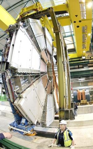 ¡Muy bien a todos!, saludó Robert Aymar, director general de la organización llamada CERN por sus siglas en francés, y le respondieron con entusiasmo los científicos y técnicos en el centro de control del complejo de laboratorios en la frontera franco-suiza.