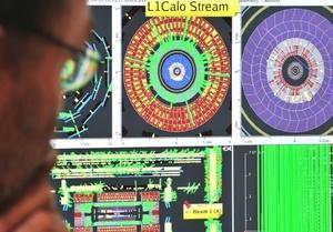 Después de lanzar un haz de protones por un túnel circular de 27 kilómetros (17 millas) a velocidades inconcebibles, dos luces blancas titilaron en la pantalla de una computadora a las 10:36 (0836 GMT), indicando que los protones habían completado el recorrido por el enorme dispositivo de tres mil 800 millones de dólares.