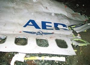 Los pilotos del Boeing-737 intentaron, en vano, efectuar un aterrizaje de emergencia tras el estallido de uno de los motores.