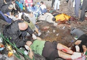Testimonios y videos confirman que en la agresión se usaron granadas de fragmentación y que, por lo menos en uno de los dos ataques, un hombre gordo vestido de negro fue quien lanzó la granada contra la gente que se encontraba en la plaza Melchor Ocampo.