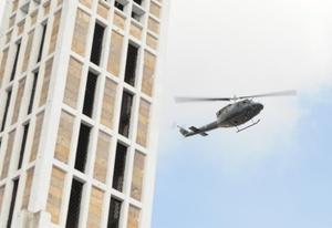 Soldados, agentes federales y policías iniciaron una batida en toda la ciudad y municipios aledaños para ubicar a uno de los presuntos responsables del atentado con granadas.