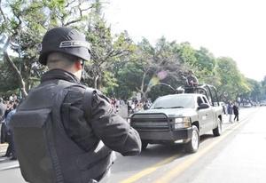 Convoyes militares y de policías recorren toda la zona para tratar de ubicar a los culpables de los hechos de violencia.