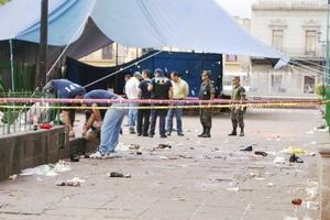 Ubicados en la plaza Melchor Ocampo, los peritos trabajaron resguardados por elementos de la AFI que portaban fusiles M-15 así como por elementos del Ejército mexicano.