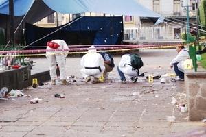 En el lugar en donde detonó el primer artefacto explosivo la noche del 15 de septiembre a las 23:08 horas en Morelia, peritos de la AFI realizaron la inspección de la escena del crimen.