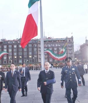 Sin la presencia de autoridades del Gobierno del DF, el mandatario salió a pie de Palacio Nacional para encabezar el evento en donde se izó a media asta la bandera nacional.