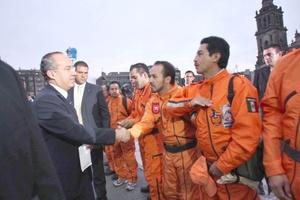 Al término del evento, el presidente Calderón abandonó a pie la Plaza de la Constitución y en el trayecto charló brevemente con algunos integrantes de uno de los grupos, denominados Topos, dedicados al rescate de víctimas en fenómenos naturales.