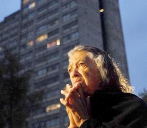 Cientos de deudos acudieron tempranamente para elevar sus oraciones por sus familiares muertos.