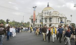 Cientos de trabajadores de edificios ubicados en el primer cuadro de la Ciudad de México desalojaron los inmuebles como parte del Macrosimulacro 2008 que se llevó a cabo en el día de Protección Civil, a 23 años del terremoto que devastó diversos puntos de la geografía del Distrito Federal.