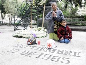 Cientos de personas recordaron en  la Plaza de la Solidaridad de la Ciudad de México, a las víctimas del colapso de varios edificios en este sitio debido al terremoto que afectó a México en 1985.