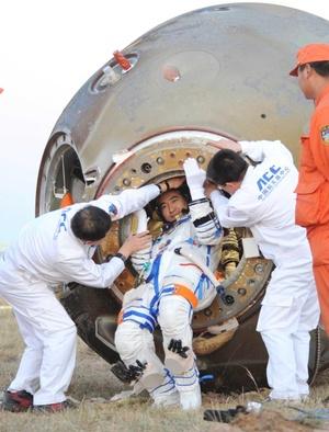 Los tres salieron por la compuerta, donde les esperaban las cámaras de la televisión estatal CCTV, que ha seguido con atención los tres días del viaje y ofreció en directo el histórico paseo espacial.