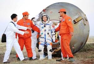 A bordo de la nave Shenzhou VII, los tres astronautas completaron con éxito un vuelo de 68 horas que comenzó el 25 de septiembre por la noche en la base de Jiuquan.
