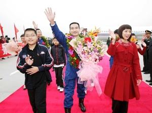 Los tres astronautas protagonizaron un pequeño desfile triunfal, subido cada uno e ellos en un descapotable.