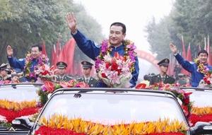 Zhai, Liu y Jing fueron llevados a la base principal de control del programa espacial chino, donde fueron recibidos como héroes.