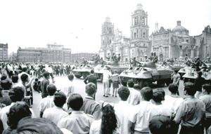 """Al final del día fuerzas militares y policiales """"equipadas con coches blindados y tanques de guerra"""" rodearon completamente la plaza y abrieron fuego, apuntando a las personas que protestaban y a las que pasaban en ese momento por el lugar."""