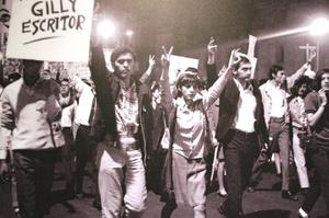 Al caer la noche, cinco mil estudiantes y trabajadores, muchos de ellos con sus esposas e hijos, se congregaron en la céntrica Plaza de las Tres Culturas en Tlatelolco.