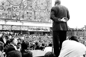 El 27 de agosto más de 200 mil estudiantes marcharon por el centro de la ciudad de Ciudad de México y se instalaron en el Zócalo (plaza central del D. F.). Al día siguiente fueron reprimidos por la policía y el ejército mexicano.