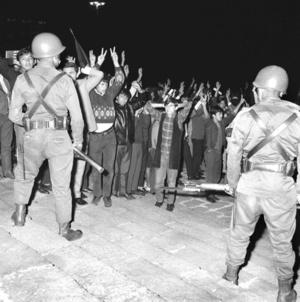 México, 2 de octubre de 1968. Diez días antes del inicio de los Juegos Olímpicos, el gobierno de Gustavo Díaz Ordaz liquida a sangre y fuego la revuelta estudiantil, entre 300 y 500 jóvenes mueren masacrados por disparos del Ejército en la Plaza de Tlatelolco, también conocida como Plaza de las Tres Culturas. Más de seis mil son detenidos.
