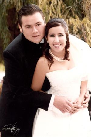 Sr. Édgar Iván Hernández Mercado  y Srita. Ana Lucía Arredondo Rodríguez contrajeron matrimonio en la parroquia de La Sagrada Familia el 22 de diciembre de 2007.  <P> <I>Aldaba & Diane Fotografía</I>