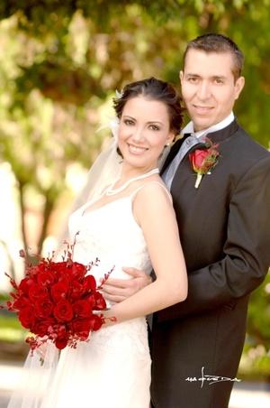 Sr. Julio César Valdez Cuéllar y Srita. Luz Elena Navarro Delgado contrajeron matrimonio en la parroquia de La Inmaculada Concepción el sábado 30 de agosto de 2008.  <p> <i>Estudio Carlos Maqueda</i>