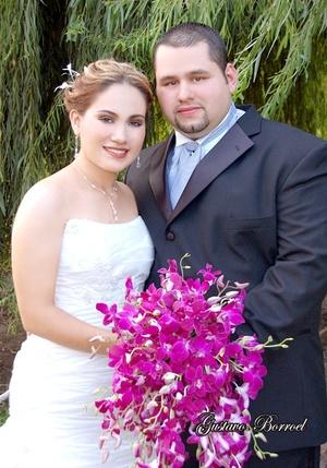Sr. Rafael Martínez Torre y Srita. Martha Téllez Girón y Garza recibieron la bendición nupcial en la parroquia de La Medalla Milagrosa, el sábado 30 de agosto de 2008.  <p> <i>Estudio Gustavo Borroel</i>