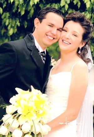 Sr. Rizzerio Cárdenas Hernández  y Srita. Susanna Castillo Medina contrajeron nupcias en la parroquia Los Ángeles el sábado nueve de agosto de 2008.  <p> <i>Estudio Carlos Maqueda</i>