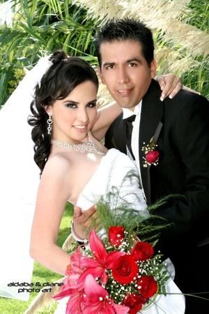 Lic. Francisco Javier Lazarín Meraz y L.C.I. Jaqueline Quintero Escobedo recibieron la bendición nupcial en la parroquia de La Sagrada Familia, el sábado 13 de septiembre de 2008. <p> <i>Aldaba & Diane Fotografía</i>