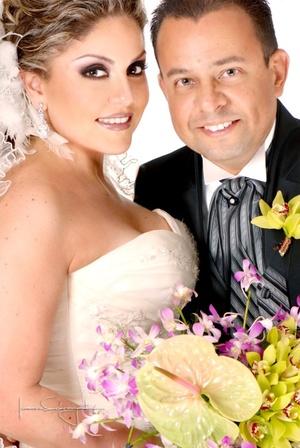 Ing. Héctor Manuel Ramírez Berumen y Lic. Verónica Edith Esqueda Tello unieron sus vidas en sagrado matrimonio en la parroquia de San Pedro Apóstol el sábado seis de septiembre de 2008. <p> <i>Estudio Laura Grageda</i>