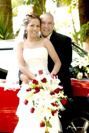 Sr. Andrés Sánchez Maltos y Srita. Brenda Estela Mendoza Ramírez contrajeron matrimonio en la parroquia Los Ángeles el sábado 16 de agosto de 2008.  <p> <i>Fotografía Morán</i>