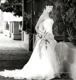 Srita. Diana Clamont Solís, el día de su boda con el Sr. Mathieu Courtois.  <p> <i>Estudio Laura Grageda</i>