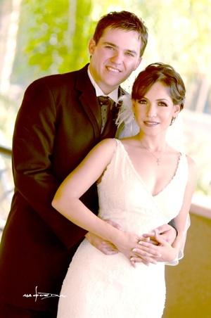 Sr. Gustavo Pineda Farías y Srita. Gabriela Valdés Lugo contrajeron matrimonio en la parroquia de San Pedro Apóstol el sábado 23 de agosto de 2008.  <p> <i>Estudio Carlos Maqueda</i>