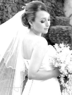 Srita. Mary Carmen de Aguinaga Peraza, el día de su boda con el Sr. Carlos Jiménez Alonzo. <p> <i>Estudio Laura Grageda</i>